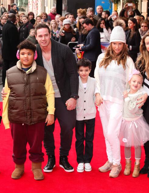 UNGEFLOKKEN: Katie og Kieran med barna Harvey (12), Junior (9) og Princess (7) på filmpremiere i februar i år. Minstesønnen Jett (9 mnd) var hjemme.  Foto: Zenon Stefaniak/photoshot