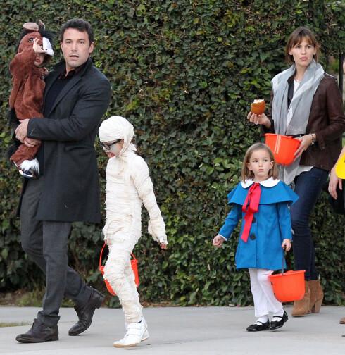 FAMILIEMANN: Ben og Jennifer har barna Violet (8), Samuel (2) og Seraphina (6) sammen. Her er familien på Trick og Treat under Halloween i fjor. Foto: FameFlynet Sweden