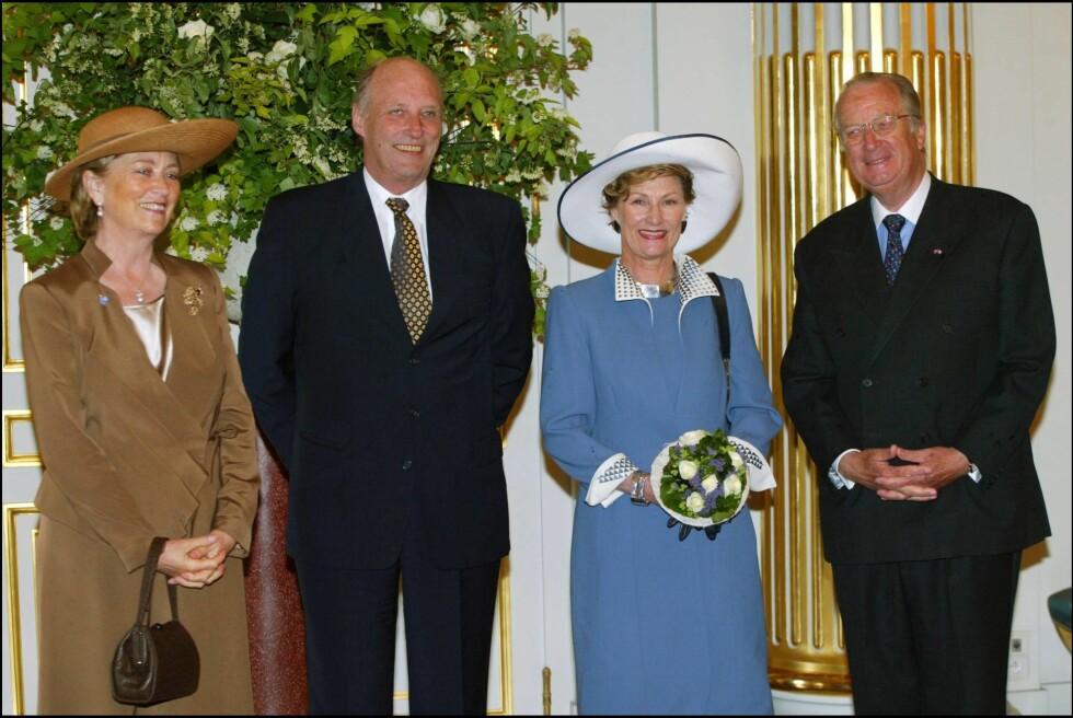 Kong Harald og dronning Sonja på statsbesøk i Belgia i 2003. Den gang var Paola og Albert landets kongepar, men i fjor ga kongen stafettpinnen videre til sønnen.   Foto: All Over Press