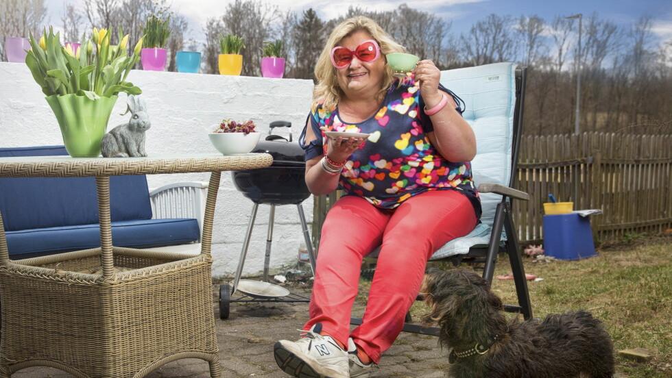DRIFTIG: Charter-Hilde tok malerkosten fatt da hun satt i rullestol - nå er hun frisk igjen, og kan kose seg på terrassen. Foto: Espen Solli