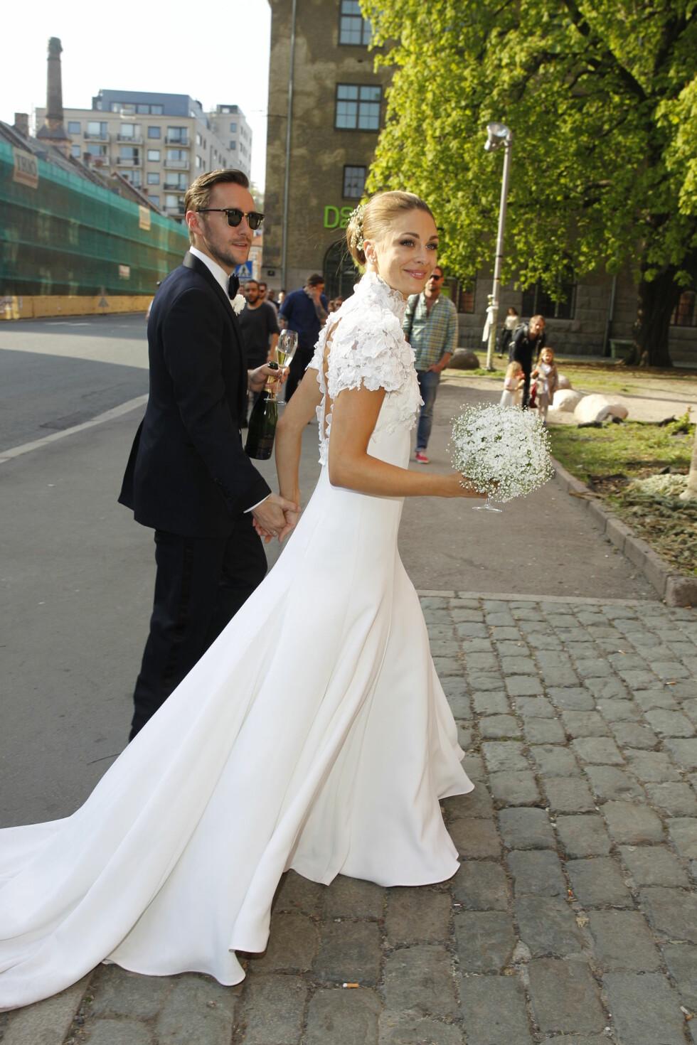 KLARE FOR FEST; «Fingern» og Jenny steg ut fra Bentleyen med henholdsvis champagne, brudebukett og hverandre i hånd. I Kulturkirken Jakob ventet gjestene.  Foto: Andreas Fadum, Se og Hør