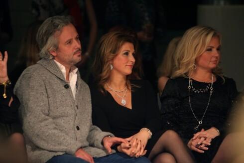 NÆRE: Elisabeth Nordeng er i dag en nær venn av Märtha Louise og hennes ektemann Ari Behn. Her sitter trioen på front row under en smykkelansering i fjor. Foto: Stella Pictures