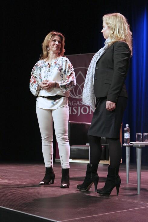 PROMOTERER: Märtha Louise og Elisabeth Nordeng på scenen under alternativmessen i Bergen i fjor. Foto: FameFlynet Norway