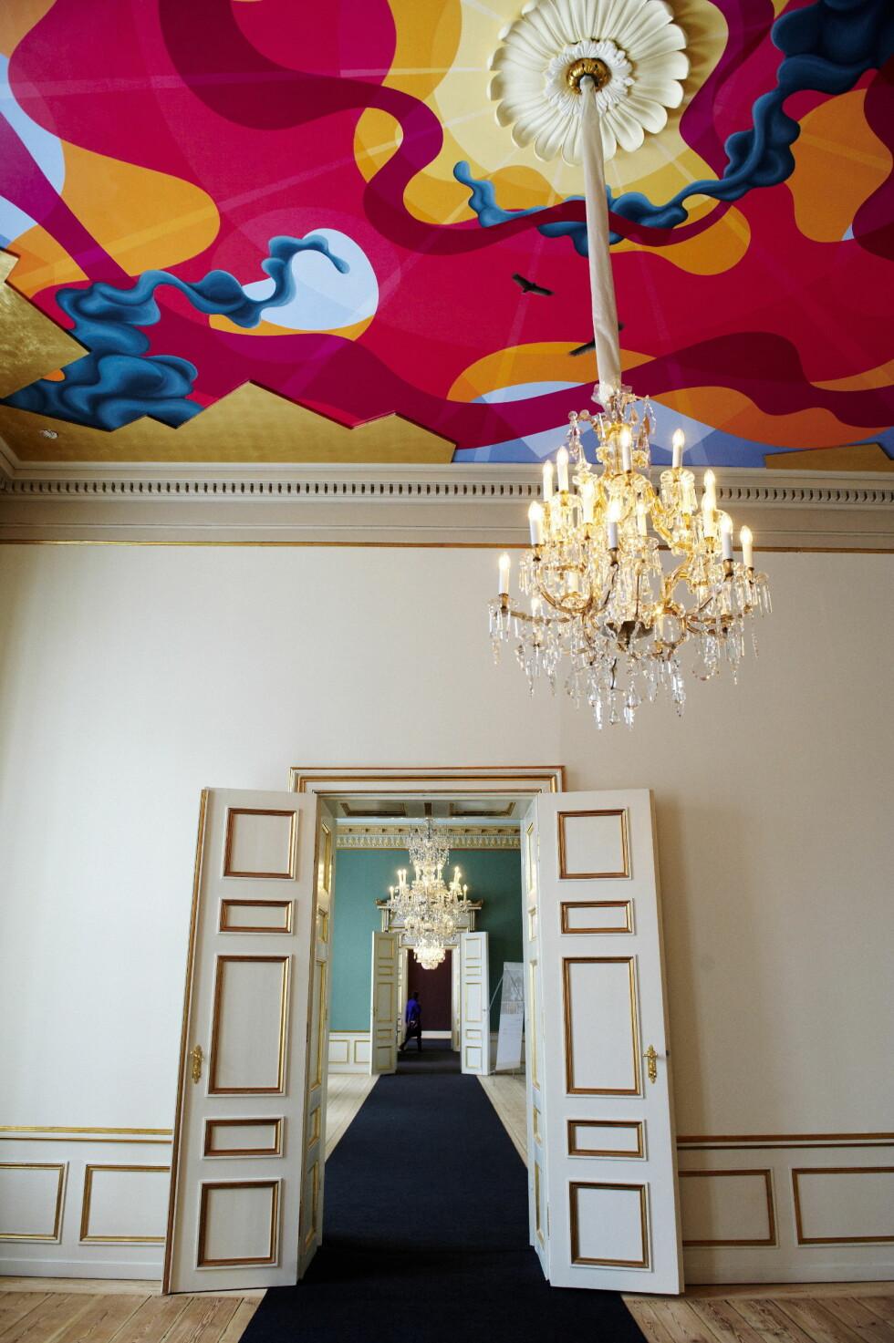 ROM I ROM: På rekke og rad ligger den ene gedigne stuen etter den andre. I et av rommene fikk kunstneren Eske Kath boltre seg med et fargerikt maleri i taket. Foto: Stella Pictures