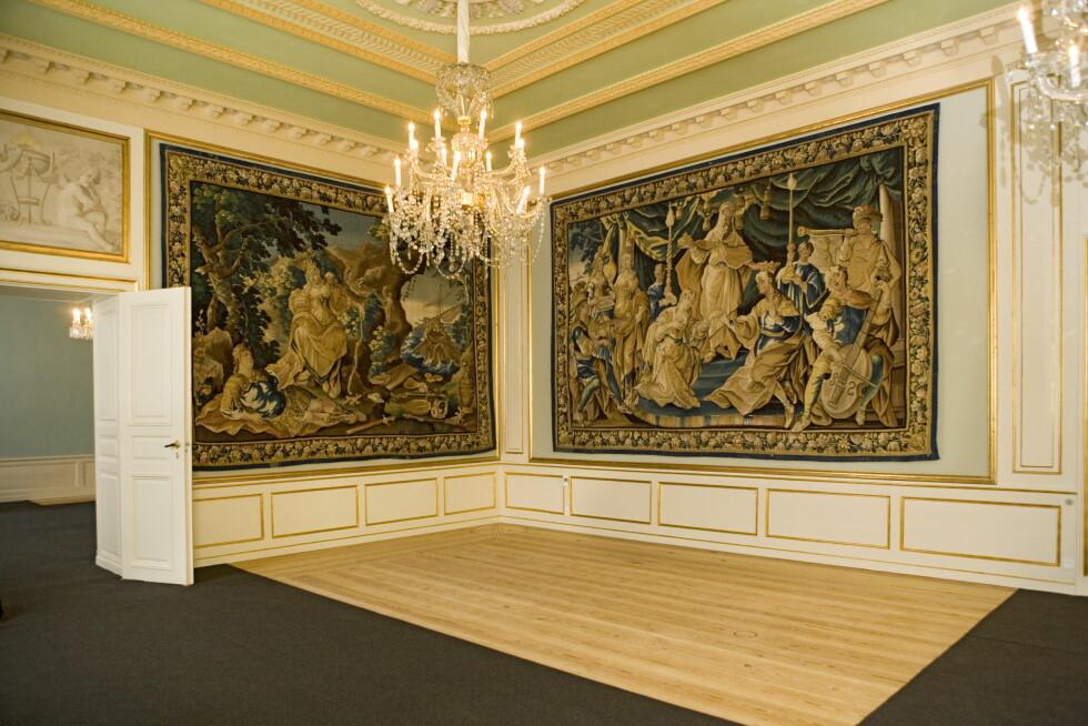 STILBLANDING: Til tross for at store deler av slottet er preget av modernistiske kunstnere etter oppussingen har Mary og Frederik også latt noe arvegods bli hengende på veggene. Foto: All Over Press Denmark