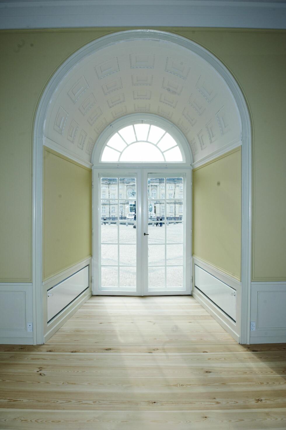 LYST: Store vinduer preger hele slottet - og gir innemiljøet et lyst og luftig preg. Foto: Stella Pictures