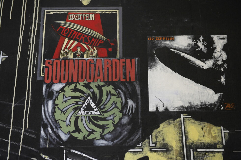 MUSIKALSK: Platecovere fra Led Zeppelin og Soundgarden pryder ett av kunstverkene på veggene. Foto: Stella Pictures