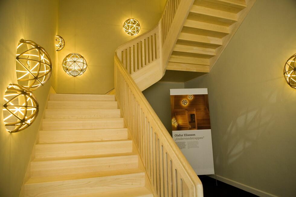 TIL PRIVATEN: Dansk-islandske Olafur Eliasson har laget den moderne armaturen i trappen som leder opp til kronprinsfamiliens private leilighet. Foto: All Over Press Denmark