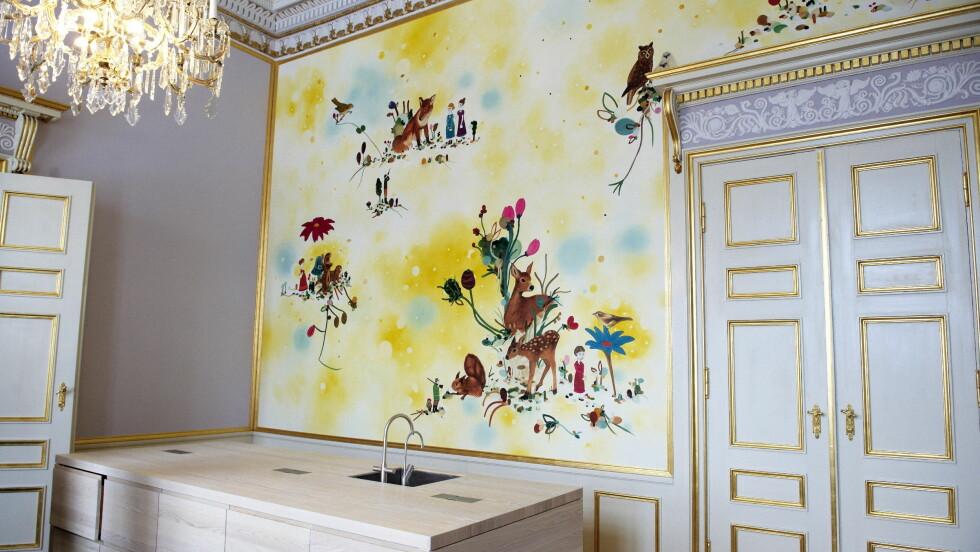 KJØKKENET: Bare kranene avslører at dette rommet er et av slottets kjøkken. Maleriet av dyr og blomster på veggen er malt av den danske kunstneren Katrine Ærtebjerg. Foto: Stella Pictures