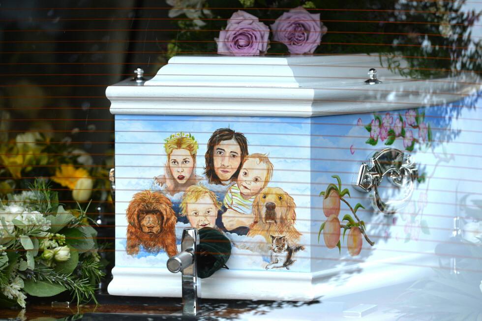 FAMILIEN PÅ KISTEN: På Peaches' kiste var det påmalt et familieportrett av henne, ektemannen og deres to sønner - samt deres to hunder. Foto: i-Images, PacificCoastNews/All O