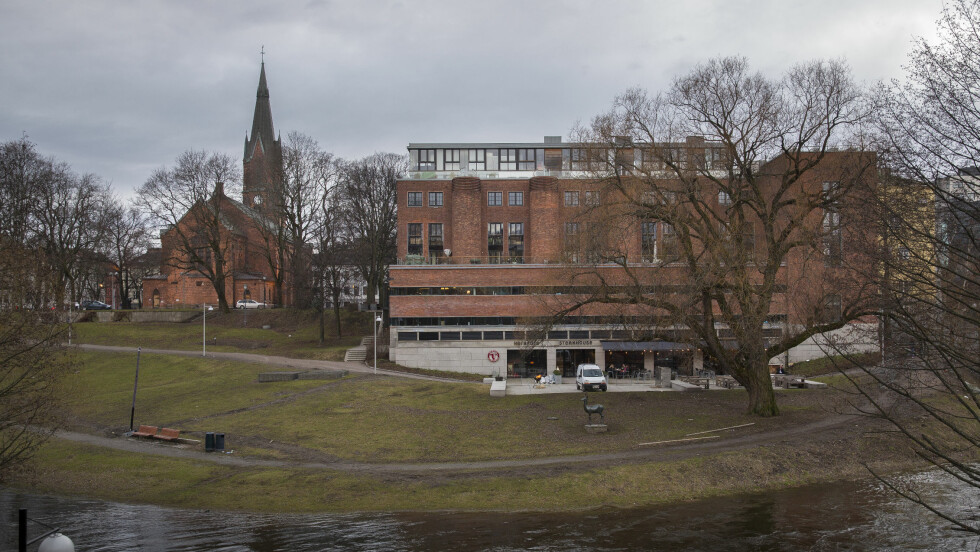 VIES I DESIGNSENTER: Paret gifter seg langs Akerselvas bredd i Oslo. Paret har valgt en original vri og holder vielsen på Norsk Design- og Arkitektursenter (til høyre i bildet). Etterpå forflytter de seg til Kulturkirken Jakob (til venstre), der det er bryllupsfest.  Foto: Se og Hør