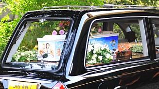 FAMILIEPORTRETT PÅ KISTEN: På Peaches Geldofs kiste var det malt et familieportrett av henne, ektemannen og deres to sønner - samt deres to hunder.  Foto: Graham Mitchell / Splash News/ All Over Press