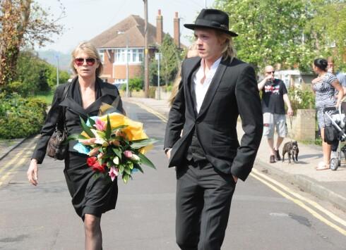 TOK FARVEL: Den tidligere modellen og skuespilleren Debbie Leng og sønnen Rufus Tiger Taylor på vei til begravelsen. Foto: REX/All Over Press
