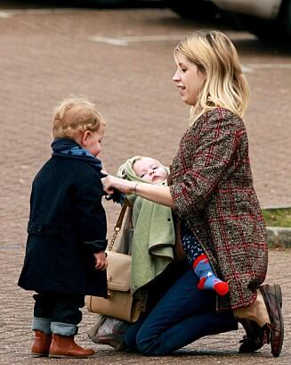 HENGIVEN MOR: Peaches Geldof med sine to små barn Astala (2) og Phaedra (1). Foto: FameFlynet