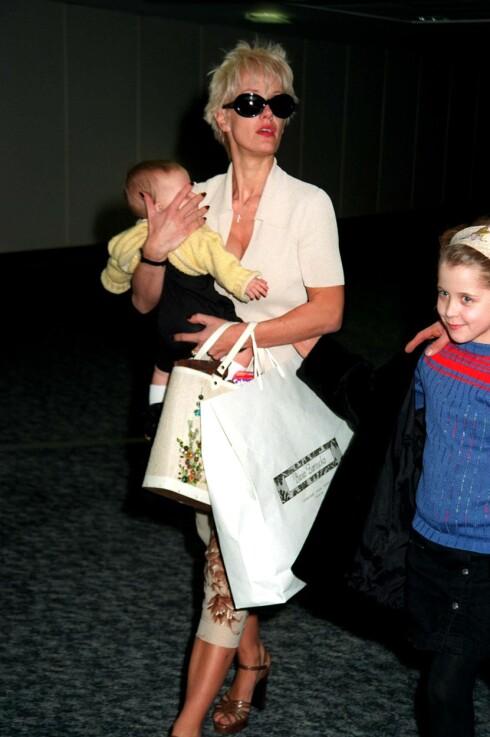 PAULA MED DØTRENE: Da Paula Yates ble dunnet død var det med Tiger Lily, som hun bærer i armene, ved sin side. Foto: REX/All Over Press