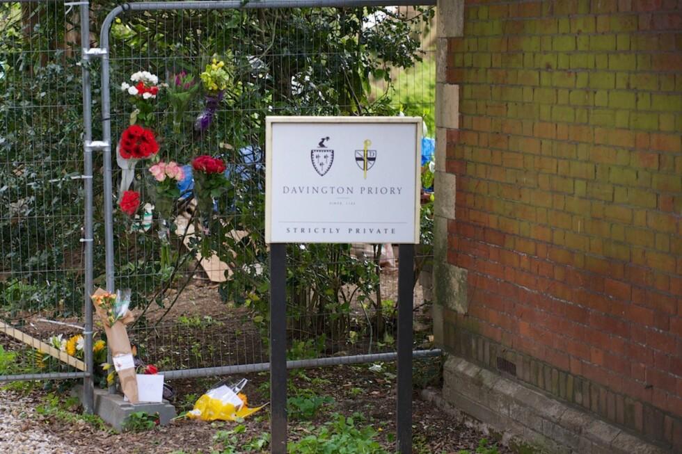 HEDRER PEACHES: Fans har lagt ned blomster utenfor Bob Geldofs hjem i Kent etter at datteren døde mandag. Foto: Graham Mitchell / Splash News/ All Over Press