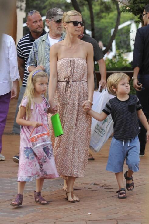 BARNA: Gwyneth Paltrow og Chris Martin er opptatt av å verne barna, og ønsker ikke at skilsmissen skal gå ut over Apple (9) og Moses (7). Dette bildet er tatt i Sardinia i Italia i 2009. Regissør Steven Spielberg i bakgrunnen. Foto: Stella Pictures