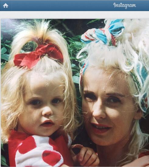 DELTE BILDE: For bare ett døgn siden la Peaches ut dette bildet på Instagram av seg selv og sin avdøde mor, Paula Yates.  Foto: Stella Pictures