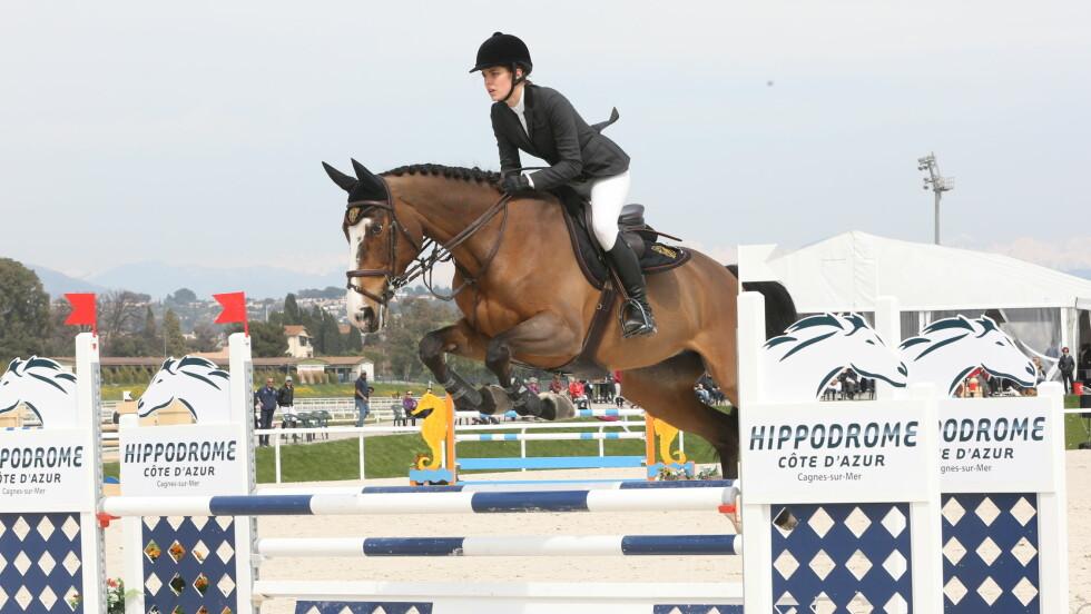 PROFFRYTTER: Charlotte Casiraghi har vært aktiv hesterytter i en årrekke. Lørdag formiddag var hun tilbake på hesteryggen for første gang siden fødselen i desember, da hun deltok på Jump Festival i Cagnes-sur-Mer i Frankrike. Foto: Stella Pictures