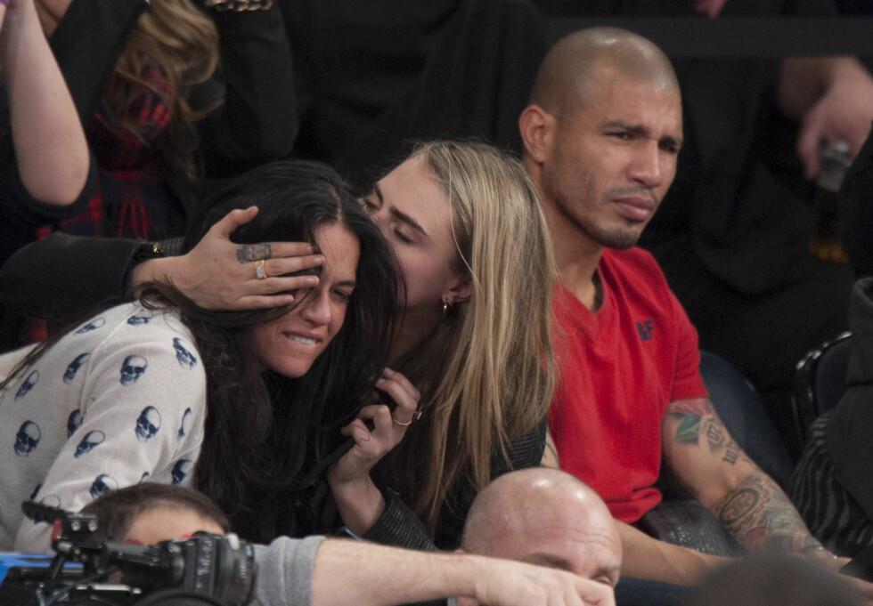 <strong>DETTE STARTET RYKTENE:</strong> Bildene av Cara og Michelle på basketballkamp i Madison Square Garden gikk verden rundt. Mange lurte på om det var kjærlighet eller et PR-stunt. Foto: Anthony J. Causi/Splash News/All Over Press