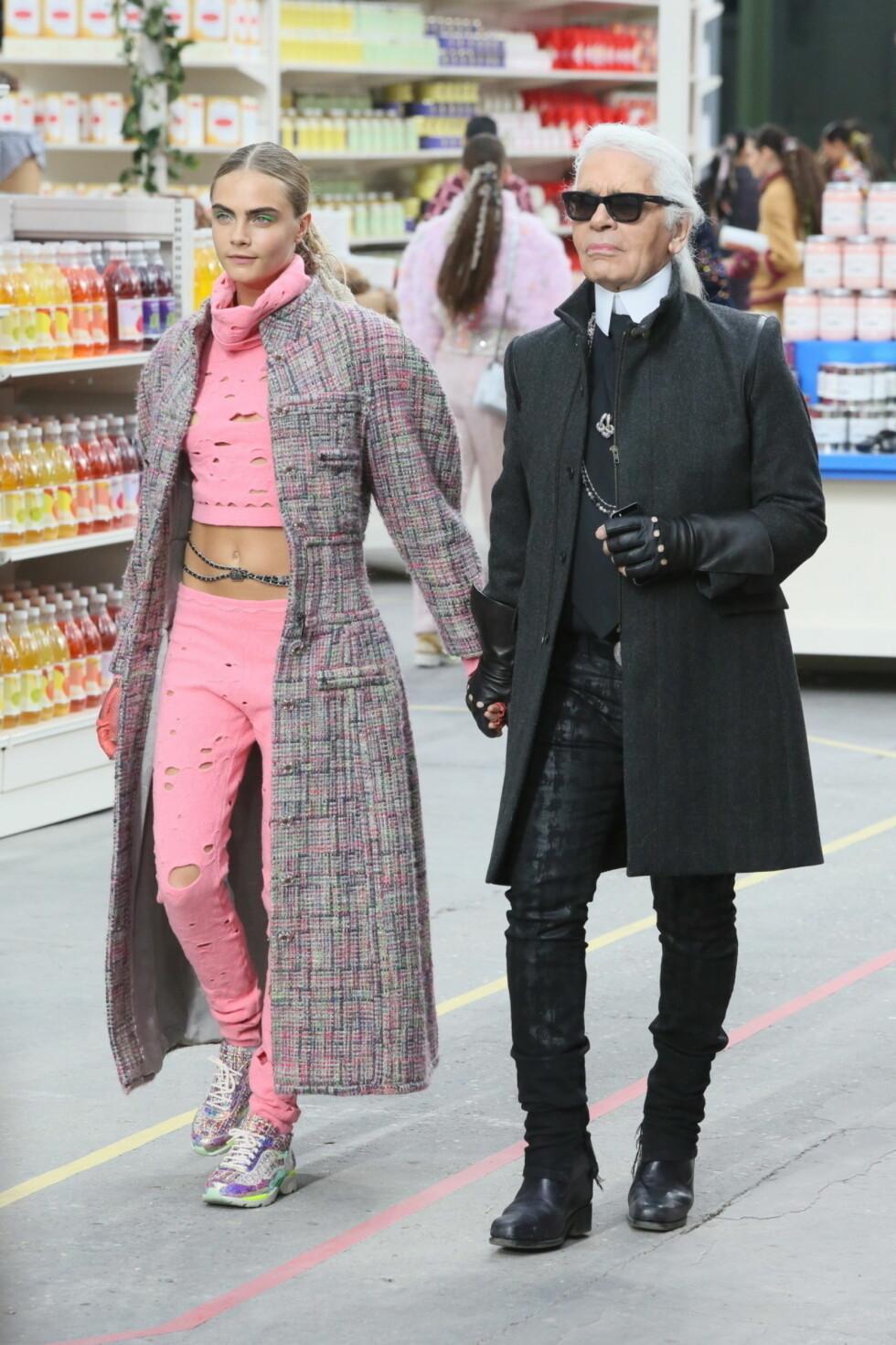 <strong>STJERNE:</strong> Cara regnes blant verdens toppmodeller, og i starten av mars gikk hun Chanels visning på Paris Fashion Week - her med sjefsdesigner Karl Lagerfeld. Foto: Stella Pictures