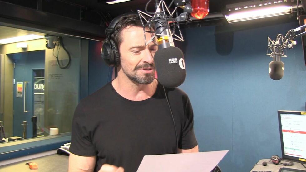 PARODERTE SEG SELV: En lattermild og selvironisk Hugh Jackman sang av full hals på britisk radio. Foto: Youtube