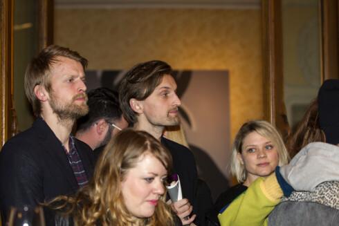 HVER FOR SEG: Marias ektemann Eivind Sæther (midten) var også tilstede på visningen, men han poserte ikke på bilde med kona.  Foto: Andreas Fadum