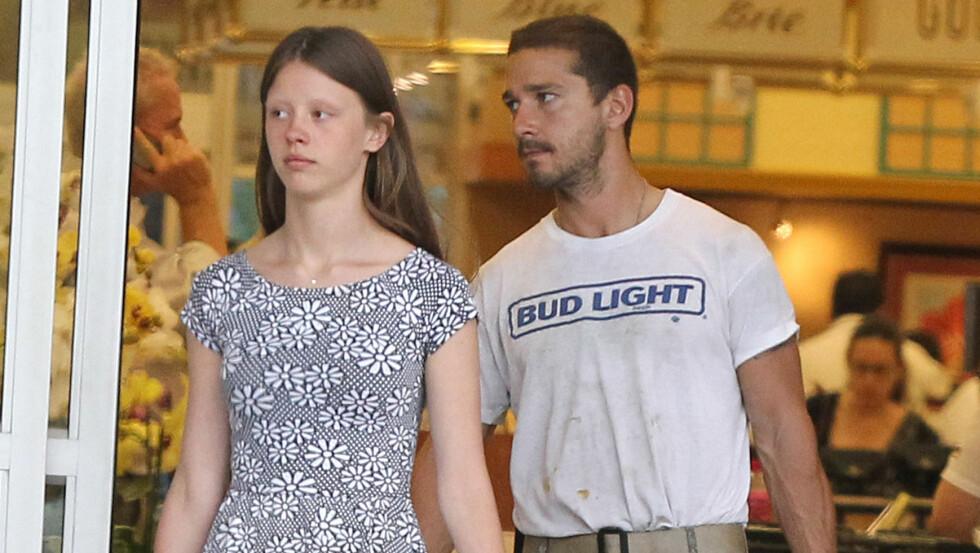 KJÆRESTER: Shia LaBeouf og Mia Goth på shopping i California i sommer.  Foto: FameFlynet