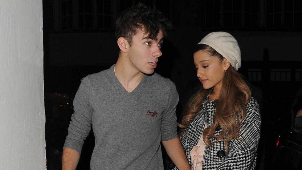 IKKE SLUTT: Popstjernene Ariana Grande og Nathan Sykes er fremdeles kjærester. Foto: Palace Lee, PacificCoastNews.com