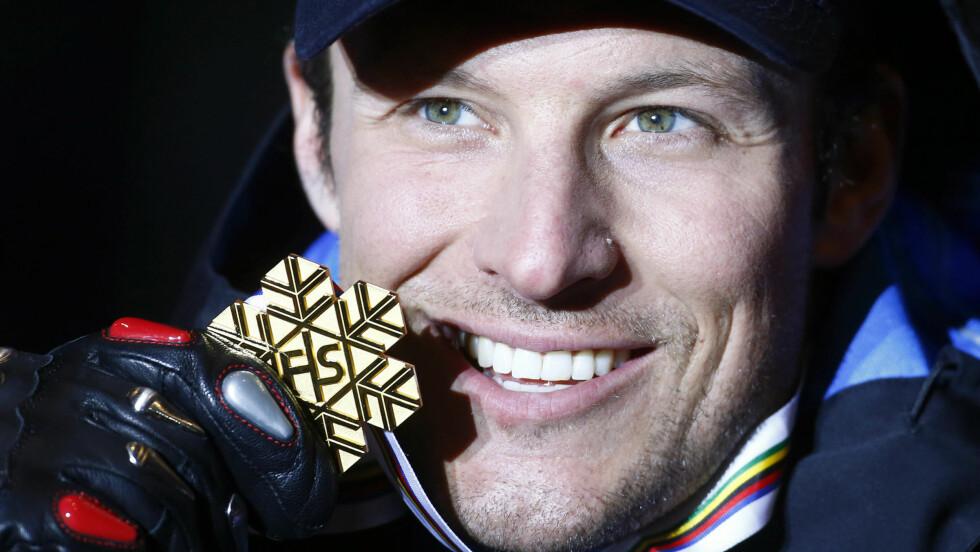 GULL: Aksel Lund Svindal stakk av med seier'n i alpin-VM i Schladming i Østerrike lørdag ettermiddag. Her viser han stolt frem gullmedaljen på podiet etter rennet.