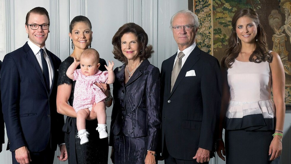 Nyttårsbilde: Kong Carl Gustaf og dronning Silvia ble i år besteforeldre. Derfor er det ikke rart at lille prinsesse Estelle er midtpunktet på kongefamiliens nyttårsbilde.