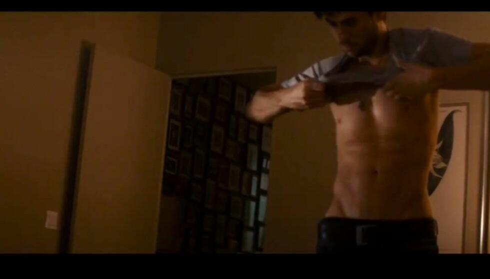 HOT: Enrique har ingenting imot å vise frem vaskebrettet. Foto: YouTube