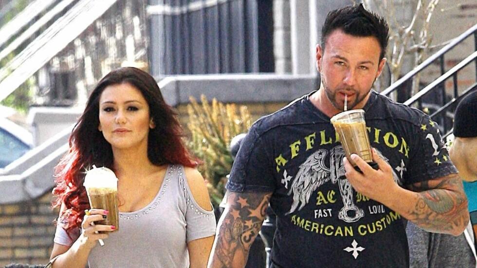 VENTER BARN: Jenni Farley venter barn med kjæresten Roger Mathews. Paret forlovet seg i 2012. Foto: All Over Press