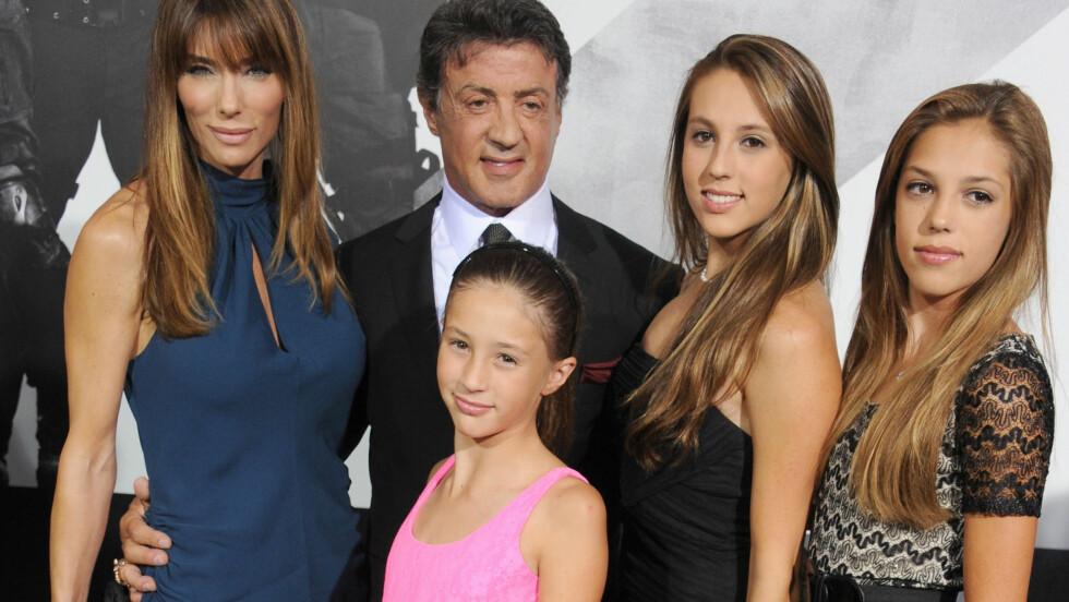 TRØSTES AV FAMILIEN: Onsdag trosset Sylvester Stallone sorgen og dro på «The Expandables 2»-premieren med døtrene Scarlet, Sophia og Sistine og konen Jennifer.