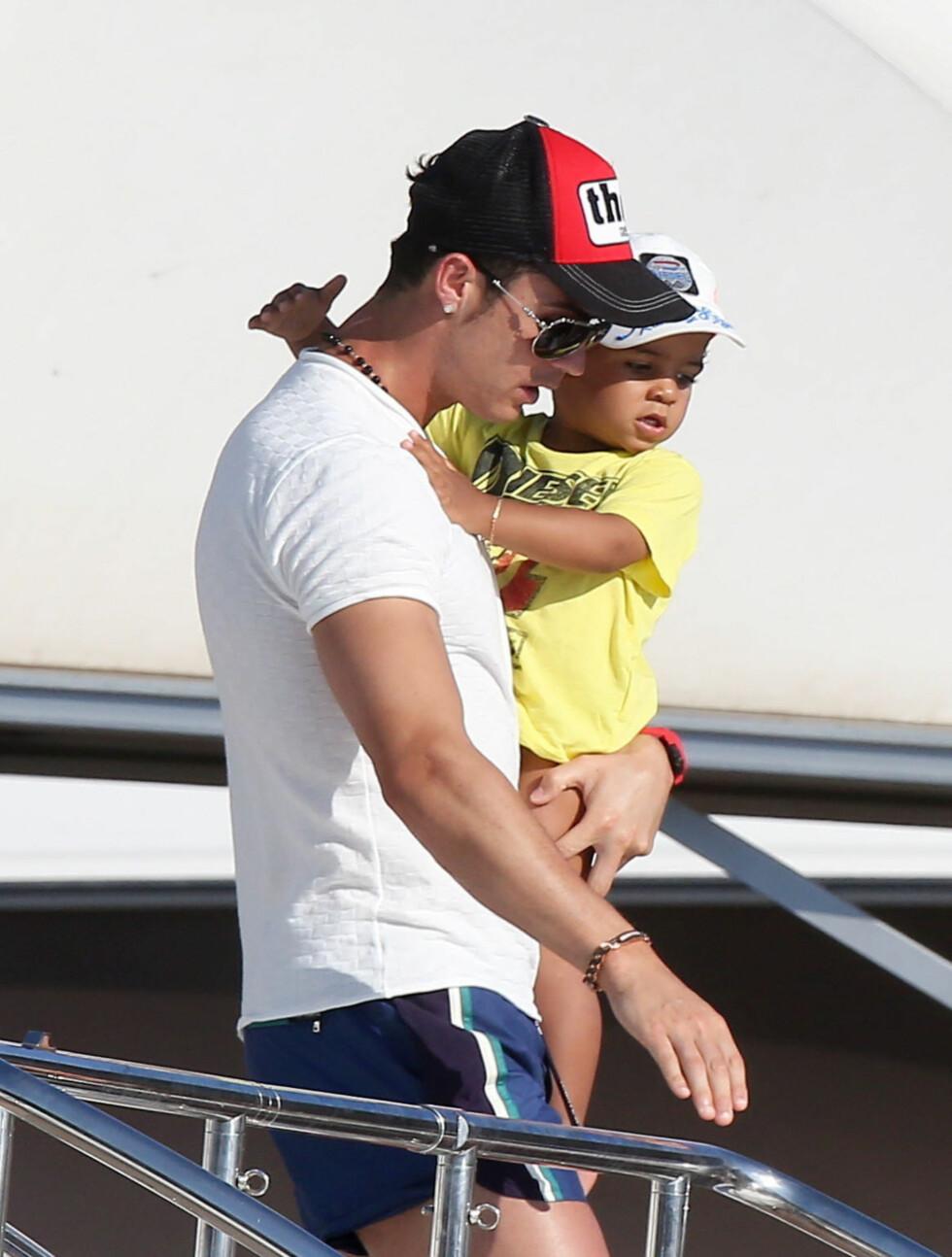 FULL FORELDRERETT: Cristiano Ronaldo passet også på sin lille sønn Cristiano, som fyller to år denne uken.  Foto: Stella Pictures