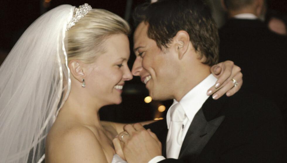 FÅR NYTT FAMILIEMEDLEM: Scott Wolf og hans kone Kelley kan glede seg over at de snart blir foreldre for andre gang. Her er de under sitt bryllup i 2004. Foto: Fame Flynet Norway