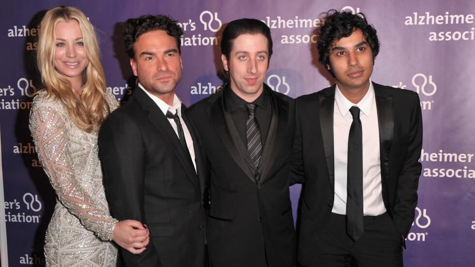 SAMMEN PÅ TY OG I VIRKELIGHETEN: Gjengen i Big Bang Theory har blitt populær på norsk TV.  Kaley Cuoco datet i all hemmelighet TV-kjæresten Johnny Galecki (nr. 2 fra venstre) også i virkeligheten. Simon Helberg og Kunal Nayyar er også på bildet.