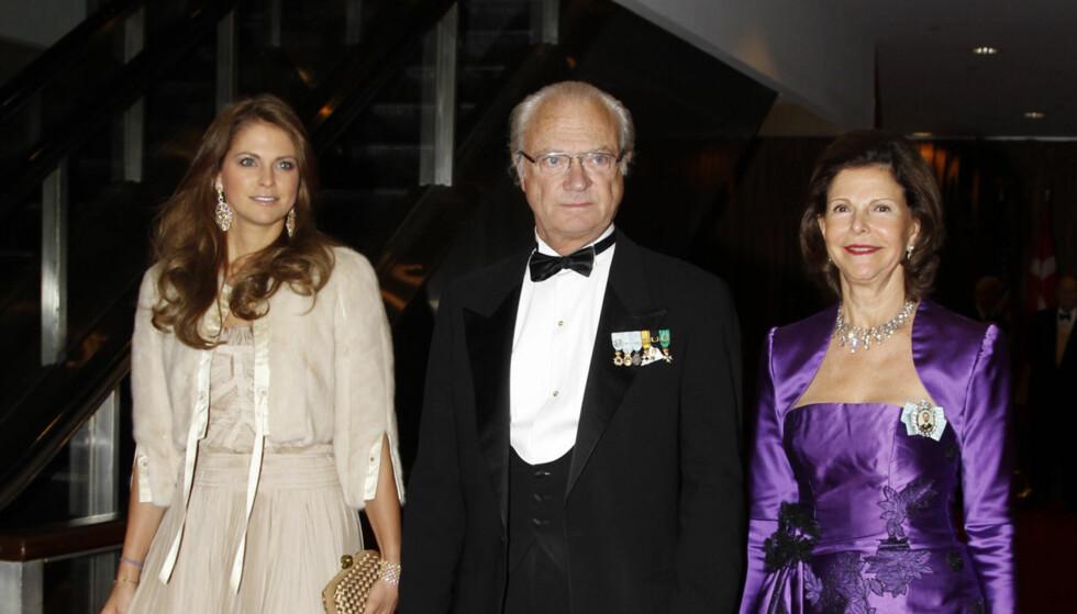 <strong>UTEN KJÆRESTEN:</strong> Prinsesse Madeleine kom med pappa kong Carl Gustaf og mamma dronning Silvia. Kjæresten Chris O'Neill var ikke å se på ballet på Hilton Hotel i New York. Foto: UK Press Ltd