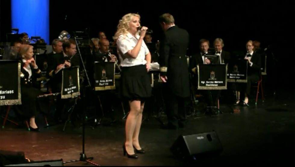 <strong>LINN OG MARINEN:</strong> I høst står Linn Skåber på scenen som vokalist &#8211; foran en gjeng staute musikere fra Kongelige Norske Marines Musikkorps. Foto: Geir Egil Skog/Se og Hør