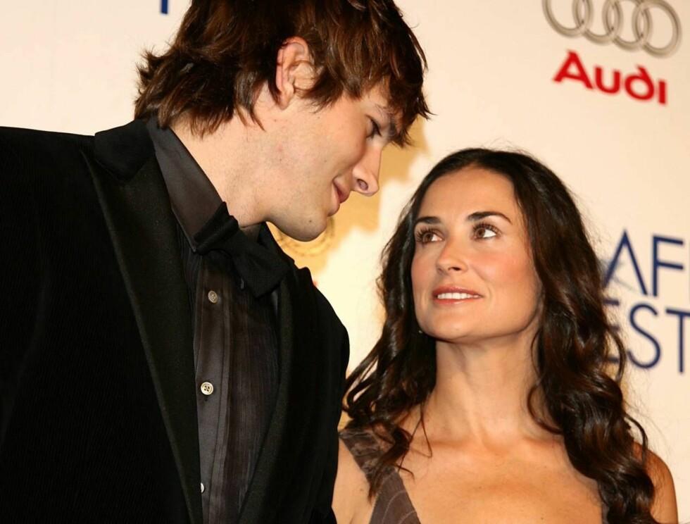 PAR: Ashton Kutcher og vakre Demi Moore viste sin kjærlighet under ankomsten. Foto: AP/Scanpix