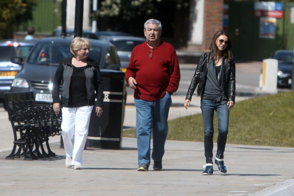 SPURTE OM LOV: Kutcher skal ha spurt Milas far Mark om hans velsignelse til å gifte seg med datteren. På bildet er også moren Elvira. Foto: Splash News/ All Over Press