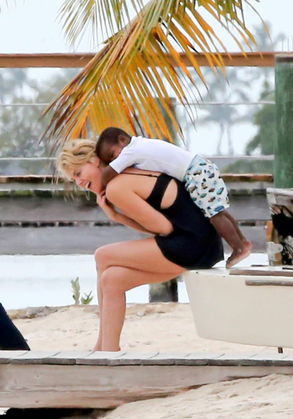 TIL FAMILIEALBUMET: De beste bildene fra Miami ble muligens tatt med barnepikens mobiltelefon og ikke av de profesjonelle fotografene.  Foto: FameFlynet