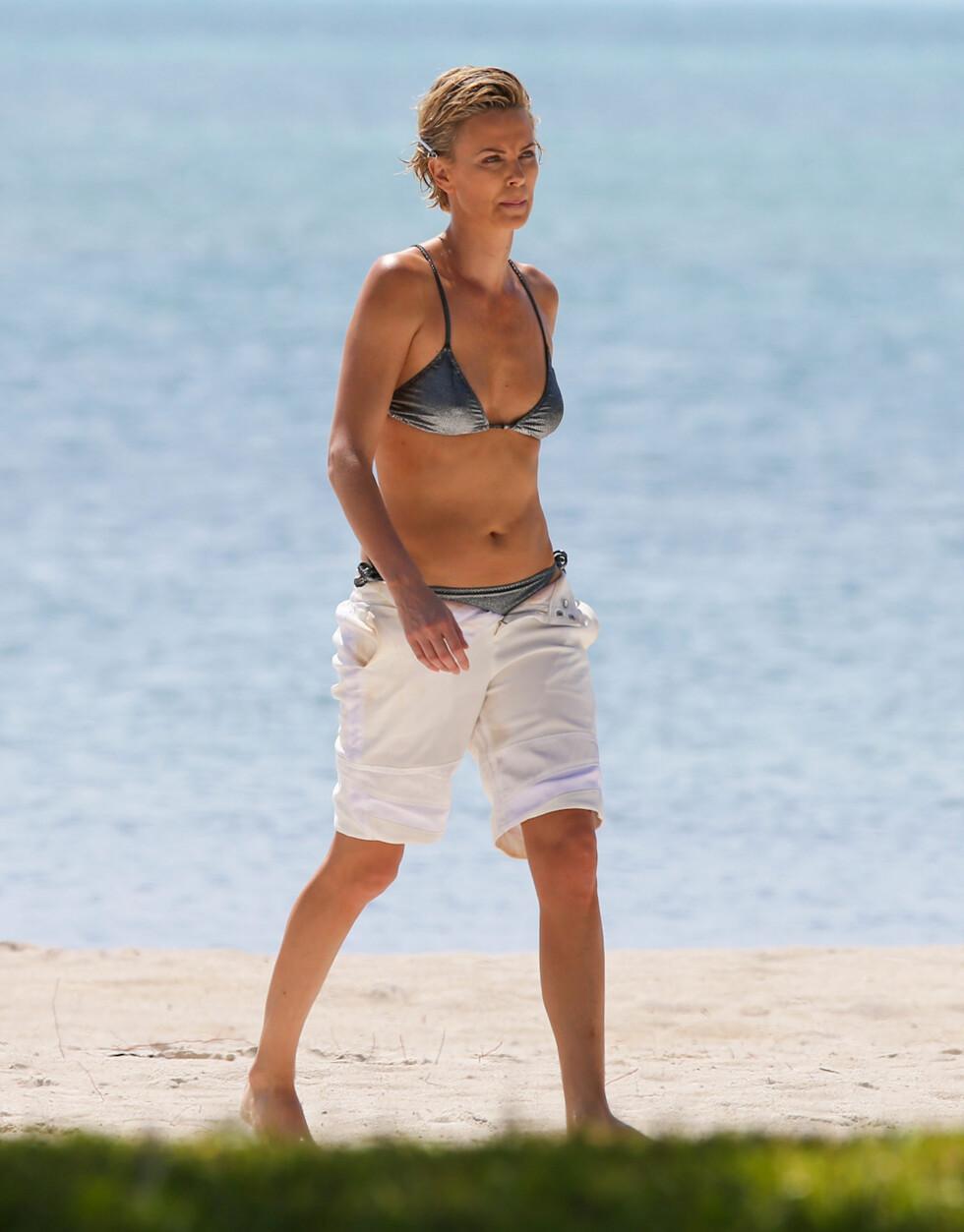 I FORM: 38-åringen viste frem sin slanke figur i ulike antrekk på stranden.  Foto: FameFlynet