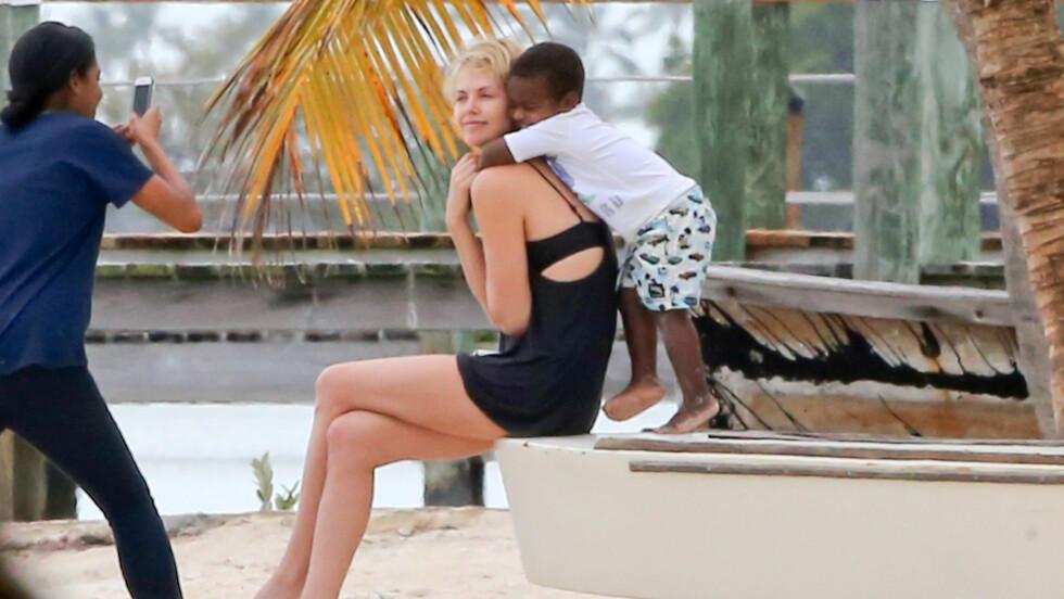 ELSKER Å VÆRE MAMMA: Charlize Theron tok med sin to år gamle sønn Jackson på fotojobb i Miami og det er tydelig at mor og sønn har et svært nært forhold.  Foto: FameFlynet