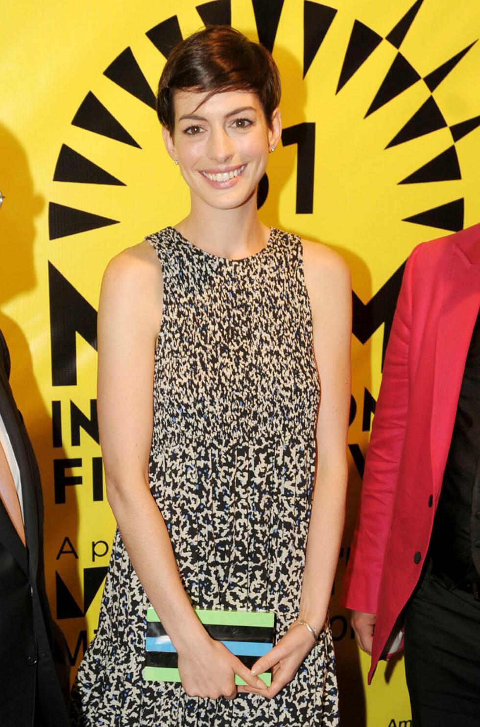 KOM ALENE: Fredag deltok Anne Hathaway på den internasjonale filmfestivalen i Miami - uten ektemannen ved sin side. Foto: Seth Browarnik/startraksphoto.co