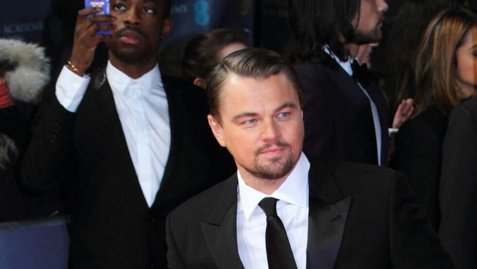 HELT ALENE: Leonardo Di Caprio har ikke manglet på dater i det siste, men ingen av dem fikk være med på Oscar.Det fikk imidlertid moren.  Foto: People Press/OIC/All Over Press