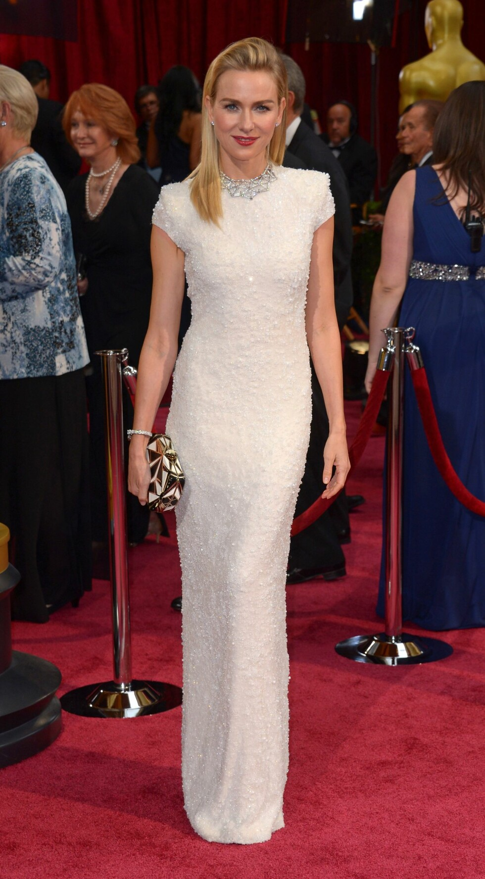 Naomi Watts (45) gikk for en kremhvit Calvin Klein-kjole. Foto: REX/Stewart Cook/All Over Press