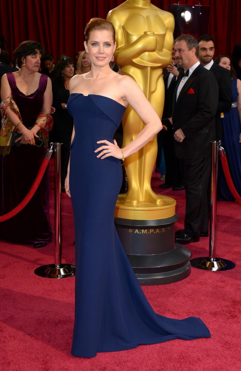 Oscar-nominerte Amy Adams (39) kom i en enkel kongeblå kjole til den store kvelden. Foto: REX/Stewart Cook/All Over Press