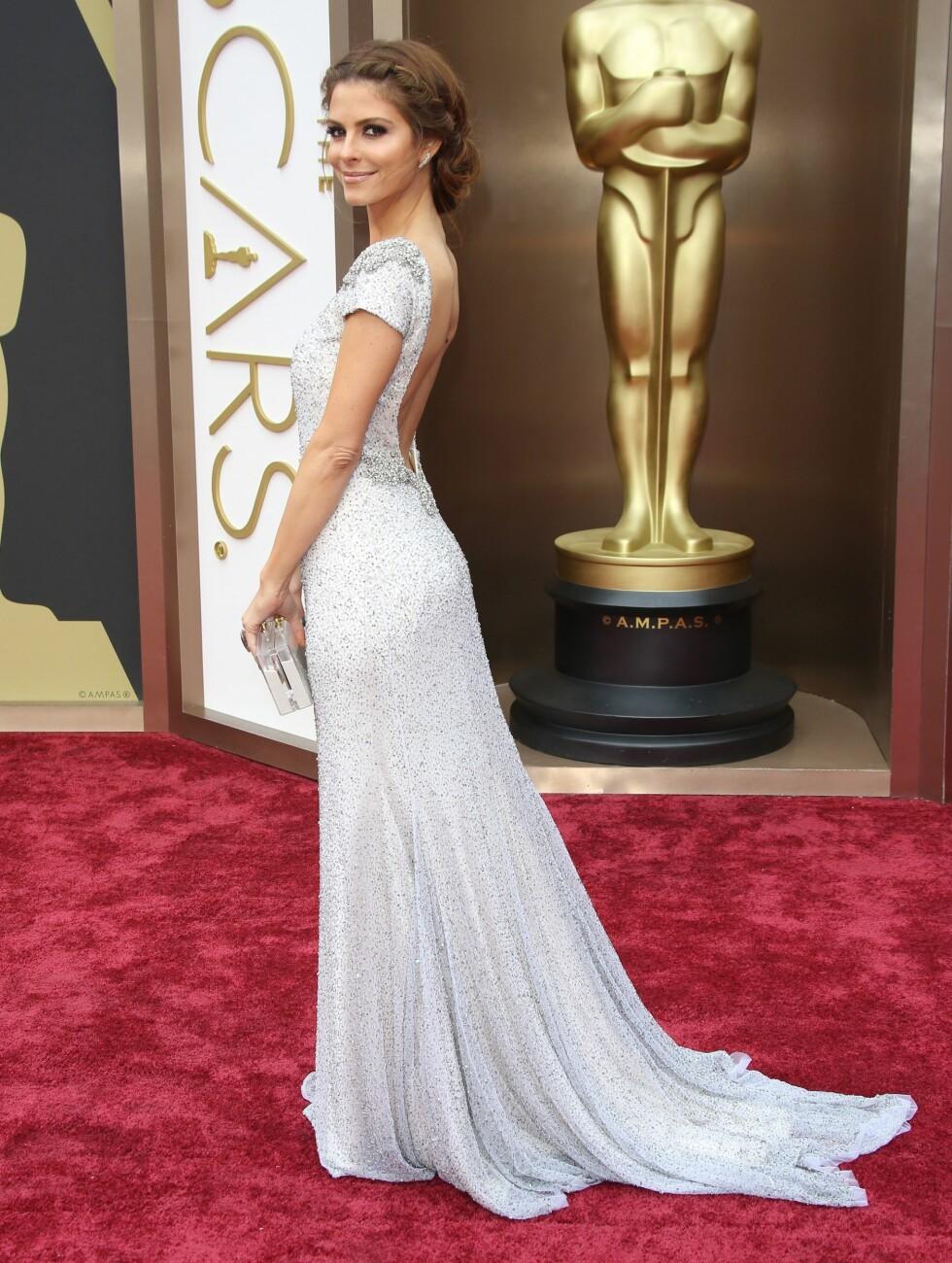 Skuespiller Maria Menounos (35) strålte i en tettsittende sølvkjole med små perler og åpen rygg. Foto: REX/Jim Smeal/BEI/All Over Press