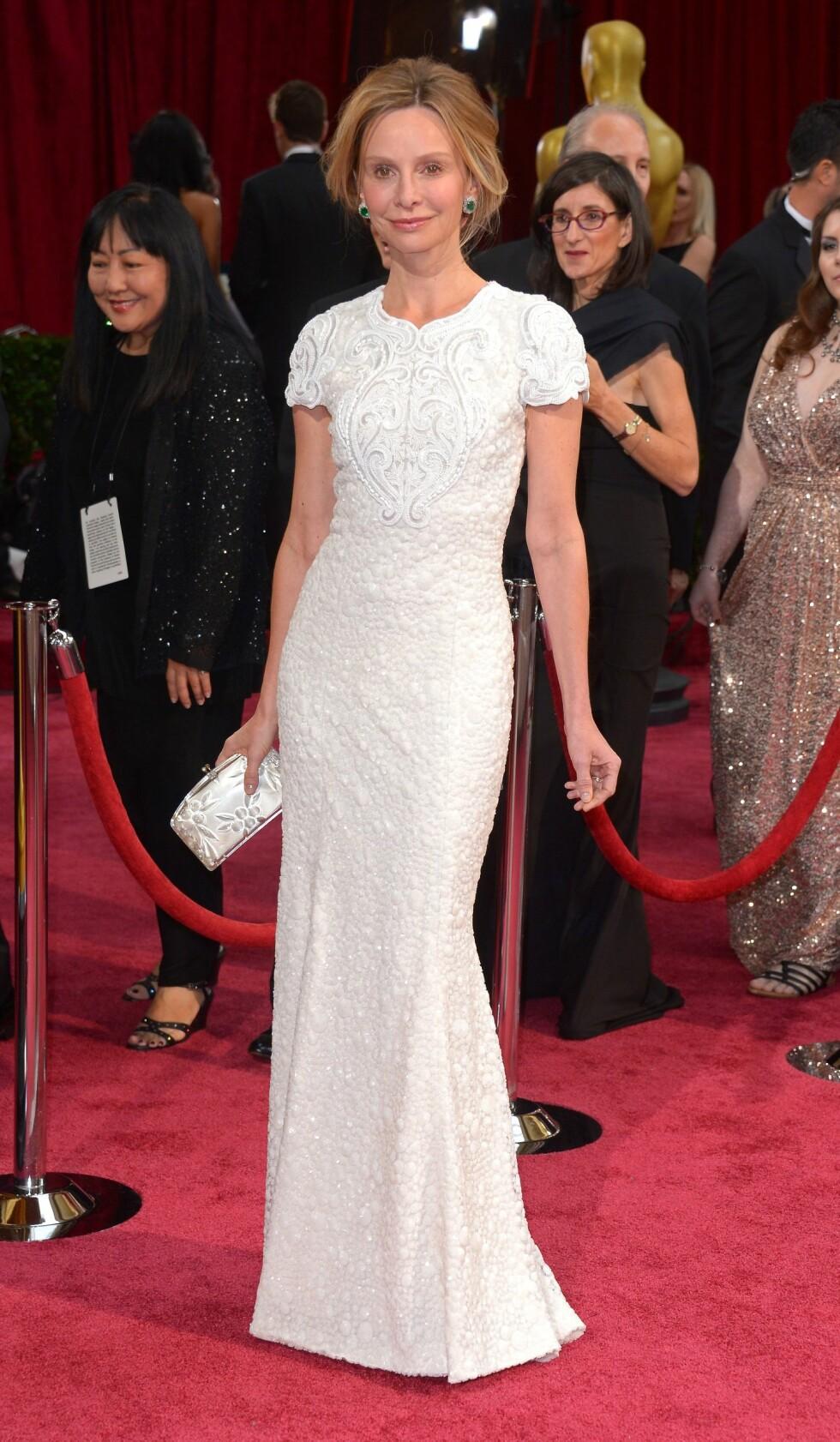 Skuespilleren Calista Flockhart (49) poserte for fotografene i en figursydd hvit kreasjon. Foto: REX/Stewart Cook/All Over Press
